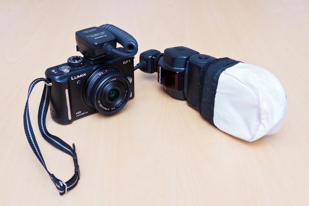 Panasonic GF1, Canon OC-E3 välitysjohto sekä Olympus FL36R -salama