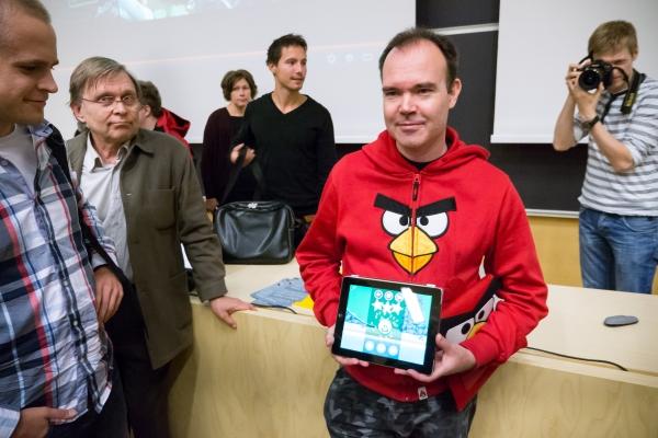 Tilannekuvausta: Peter Vesterbacka esittelemässä Bad Piggies -peliä. Kuvaa on käsitelty merkittäväs.ti