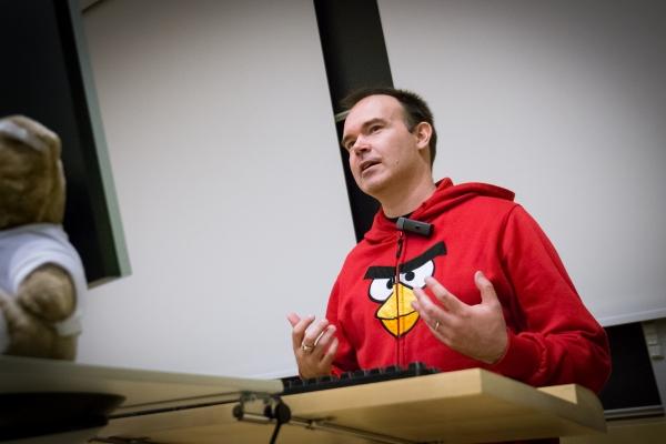 Tilannekuvausta: Peter Vesterbacka luennoimassa Jyväskylässä. Kuvaa on käsitelty merkittävästi.