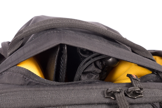 Laukun päällä oleva tasku lompakolle tms.