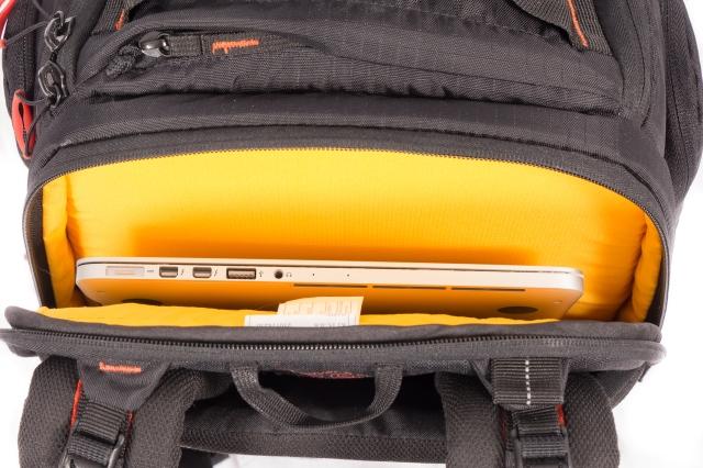 Tasku kannettavalle tietokoneelle laukun takaosassa (kuvassa 13-tuumainen MacBook Pro Retina)