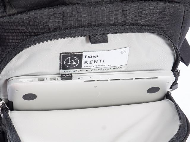 Vesipussille tarkoitettu tasku, jonne mahtuu myös 13-tuumainen kannettava tietokone.