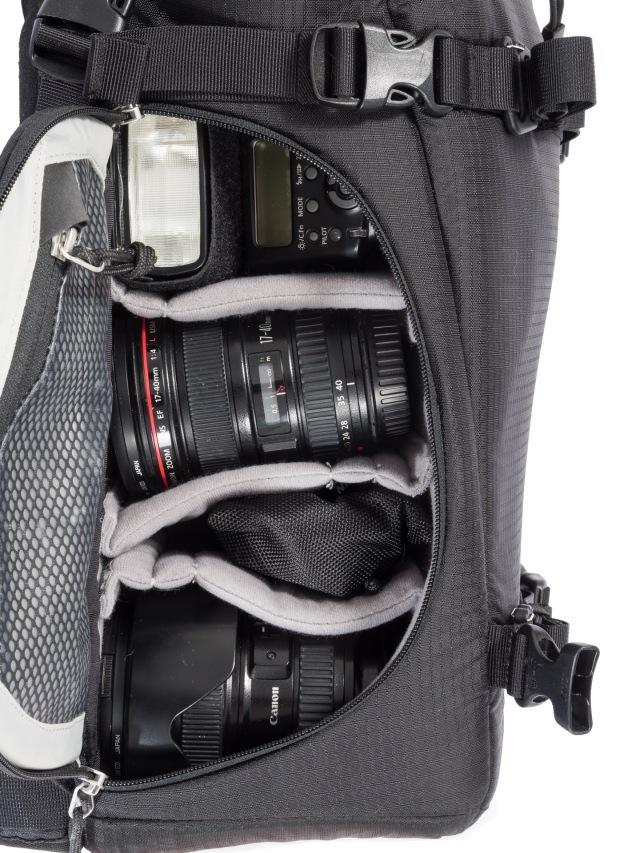 Loput objektiivit ja tarvikkeet kulkevat laukun toisella puoliskolla. Kuvassa Canon Speedlite 430 EX,