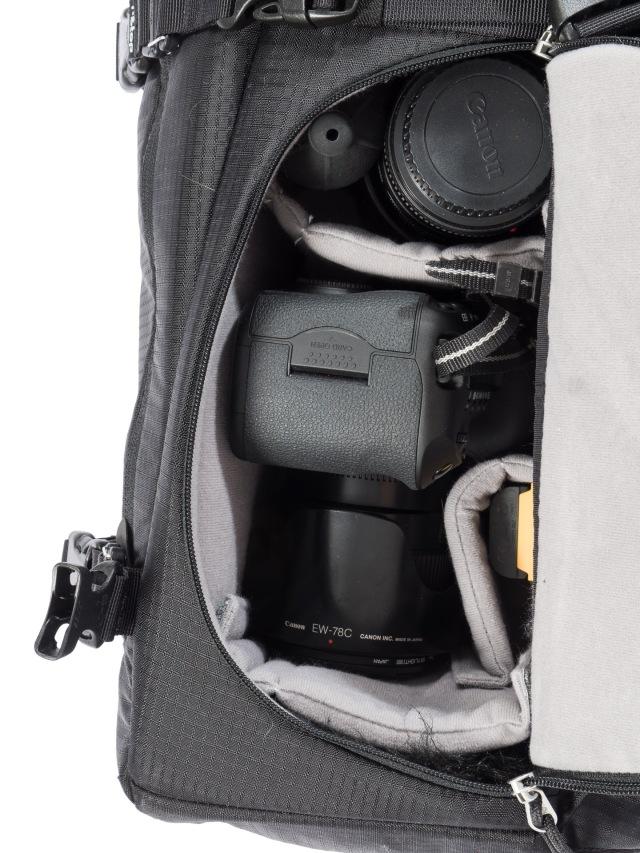 Isompi kamera menee yhdelle puolelle esimerkiksi yhden lisäobjektiivin kanssa.