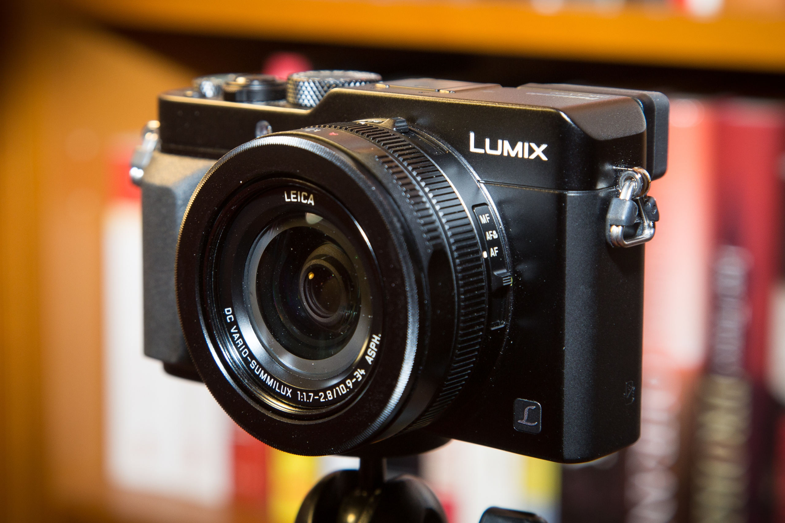 Panasonic Lumix LX100. Kameran muotokieli muistuttaa klassisia mittaetsinkameroita.